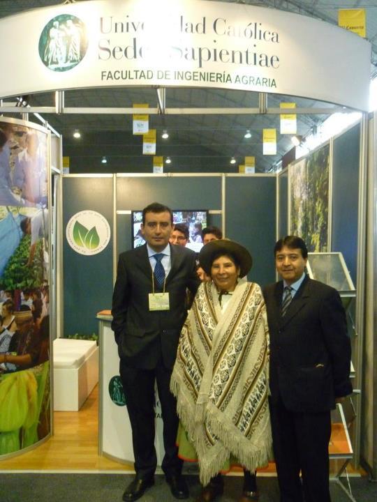 Stand UCSS con la ex-congresista y Parlamentaria Andina, Hilaria Supa