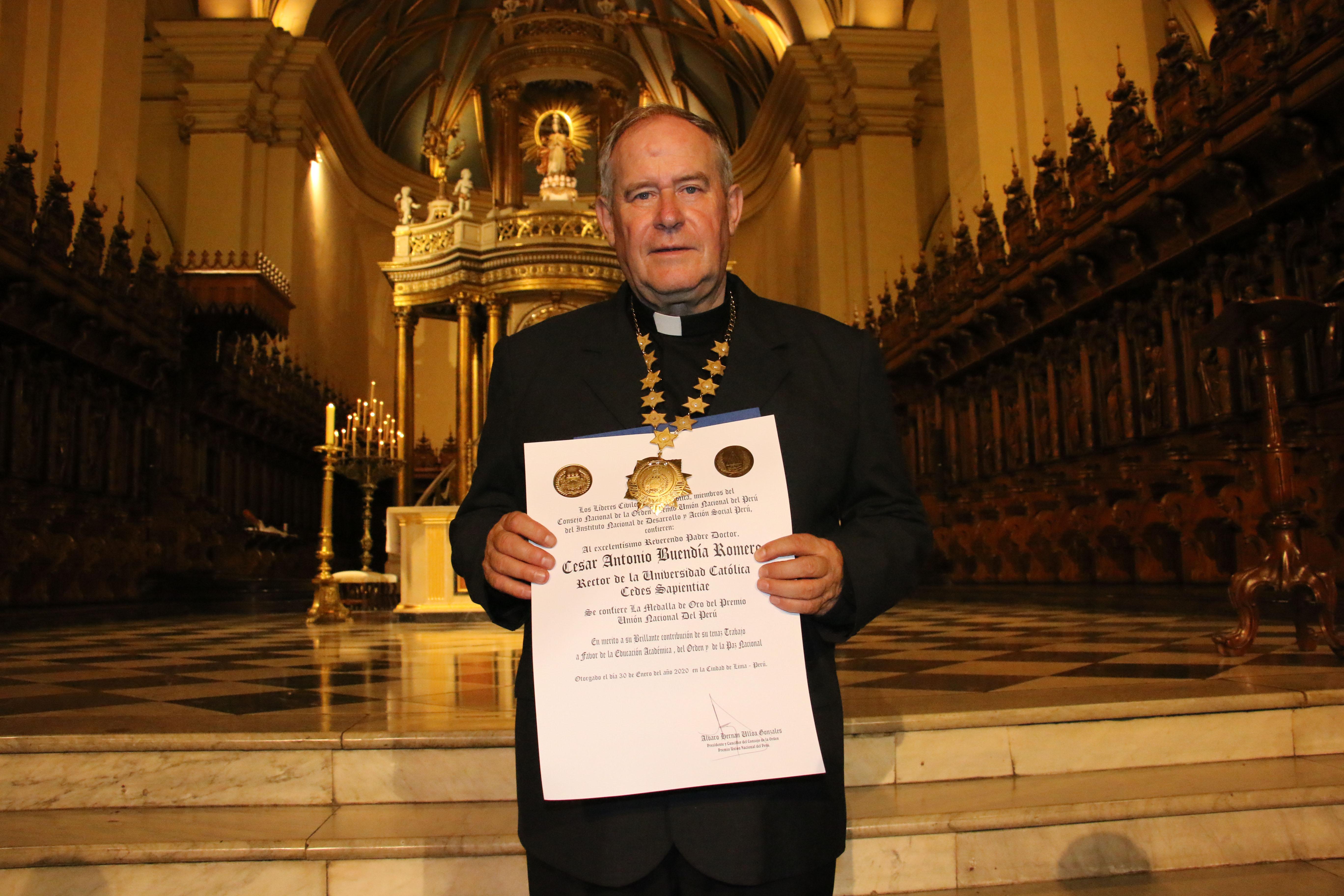 Rector UCSS César Buendía Romero fue condecorado por la Orden Premio Unión Nacional del Perú